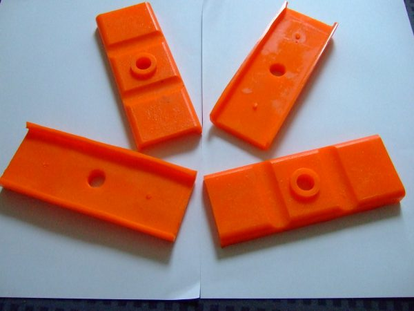 Rear axle leaf spring insulator pads